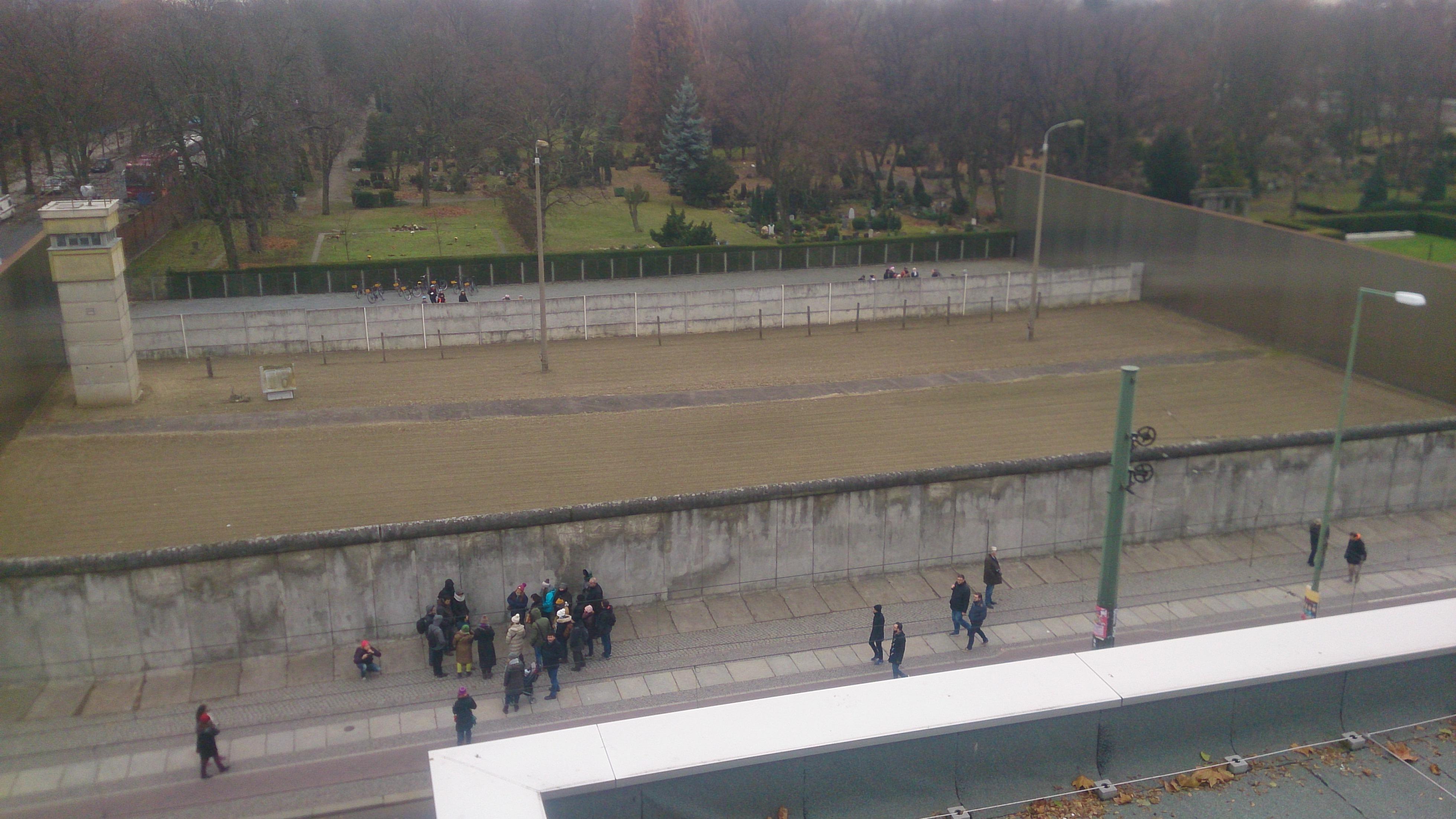 En bit av murarna återskapade på Bernauer Straße
