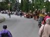 Resten av byns innevånare (ca 1000 personer) fyllde på så det blev en lång kortege upp till festplatsen