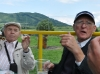 Pappa och Erhard dricker öl och äter korv