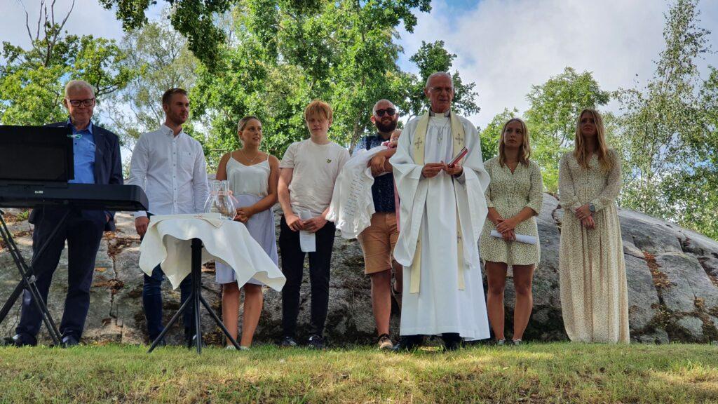 Rasmus och Felicias dotter döps till Juni Marianne hemma i deras trädgård
